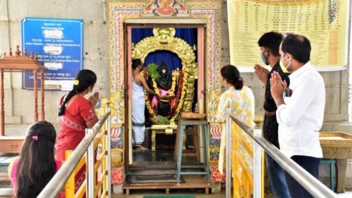 Devotees visit the Sri Radhakrishna Temple in Sanjaynagar while adhering to Covid-19 protocol. Credit: DH File Photo/Janardhan B K