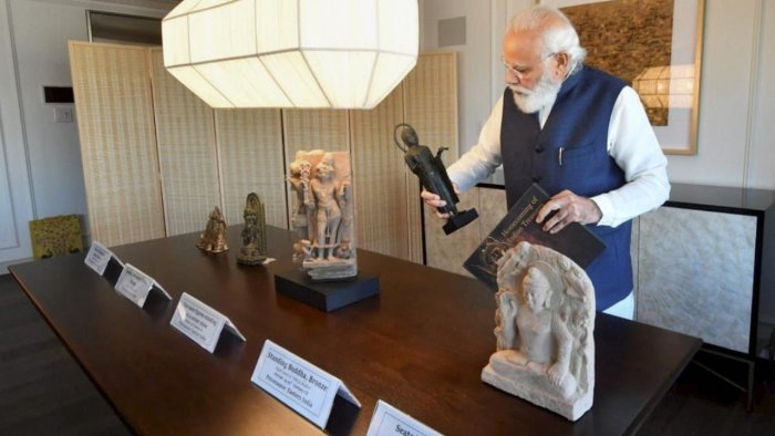 Prime Minister Narendra Modi looks on at artefacts handed over to India by US. Credit: PTI Photo