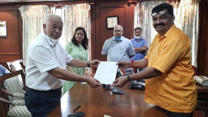 Former Goa Chief Minister and MLA Luizinho Faleiro tenders resignation. Credit: Twitter/@luizinhofaleiro