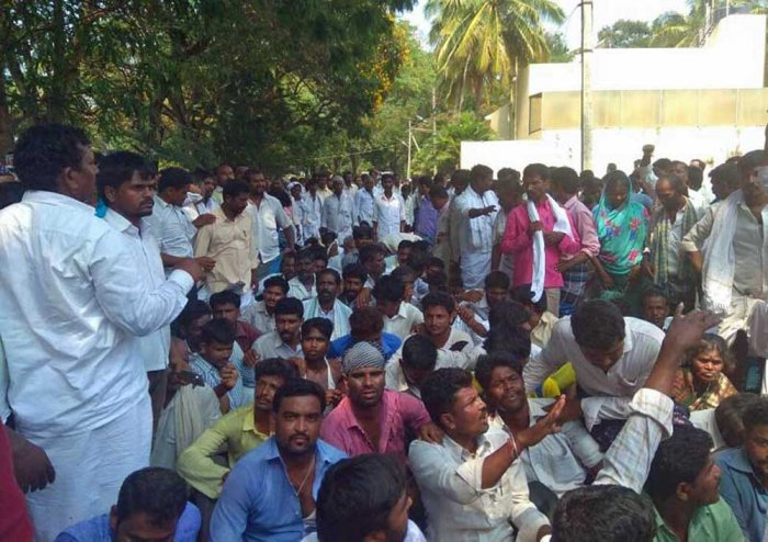 Supporters of Jagur MLA Rajesh protest in front of Davanagere district incharge minister SS Mallikarjuna's residence. DH photo