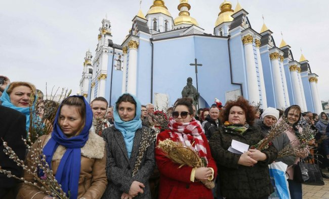 Believers gather outside the St. Michael\'s Golden-Domed Cathedral as they mark the Palm Sunday in Kiev, Ukraine. Reuters Photo