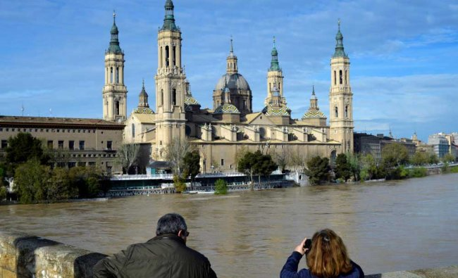 A couple observes the River Ebro close to overflowing, following heavy rains and snow melt, in front of the Cathedral-Basilica of Our Lady of the Pillar, in Zaragoza, Spain. Reuters Photo