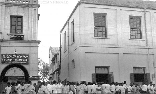 Curious public waiting in front of The Printers Mysore building on MG Road to know Kerala Assembly Election results in 1965. Photo by T L Ramaswamy