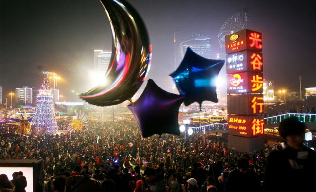 Chinese crowd celebrates Christmas eve in Hubei Province