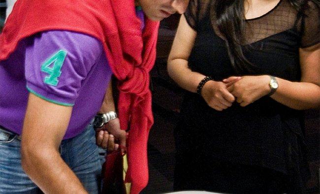 Rahul Dravid gives his autograph during a visit to a movie theatre to watch \'Don 2\'