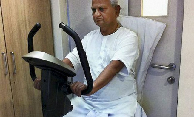 Anna Hazare exercising at a hospital in Pune