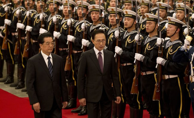South Korean President Lee Myung-bak inspects an honor guard