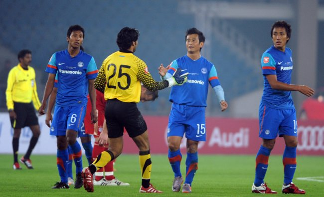 Baichung Bhutia shakes handa with his team goalkeeper Karanjit Singh
