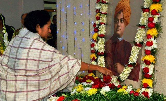 Mamata Banerjee paying tribute to Swami Vivekananda