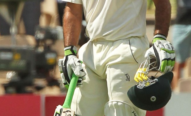 Ricky Ponting aknowledges the crowd after scoring his 30th test century