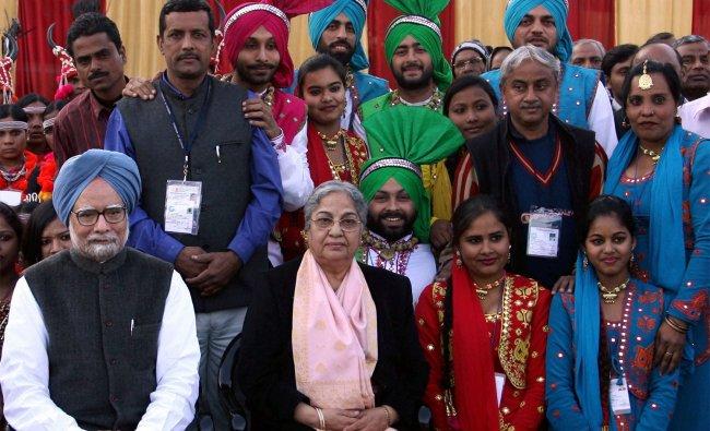 Manmohan Singh with wife Gursharan Kaur pose with artists