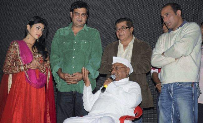 Anna Hazare with the cast of new bollywood film Galli Galli Shor hai