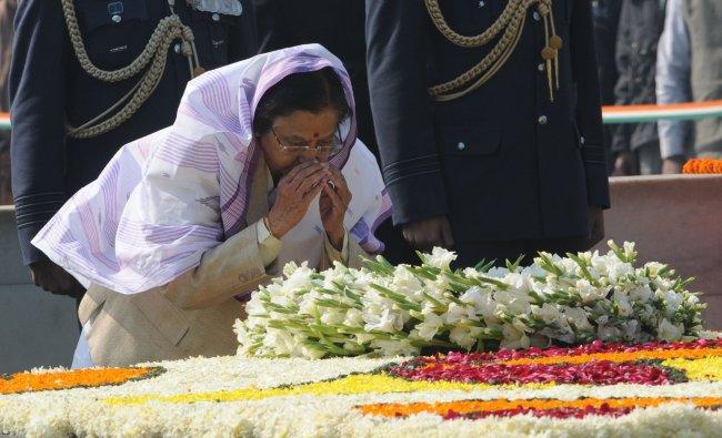 Indian President Prathibha Singh Patil pays homage at Rajghat