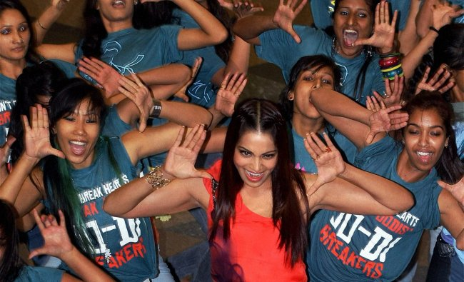 Bipasha Basu dances with support actors
