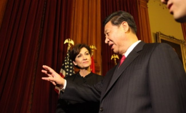 Chinese Vice President Xi Jinping and Lieutenant Governor Kim Reynolds in conversation