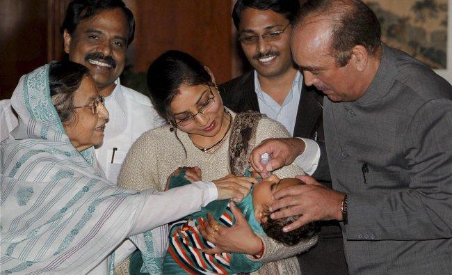 Pratibha Patil & Ghulam Nabi Azad at pulse polio immunisation programme