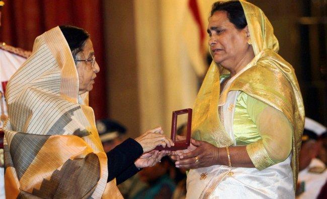 President Pratibha Patil presents Kirti Chakra to Nirmala...