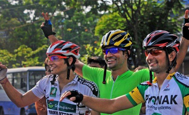 \'Cyclothon 2012\' winner Sarpreet Singh poses with runner ups in Kolkata