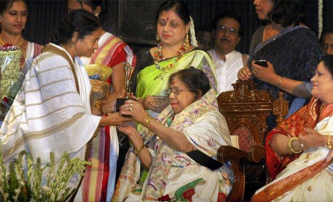 West Bengal Chief Minister Mamata Banerjee felicitates singer Madhuri Chaterjee in Kolkata