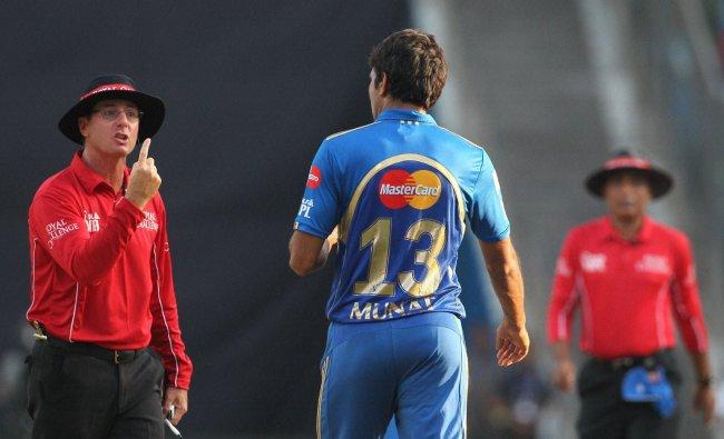 Umpire Rod Tucker and Mumbai Indian\'s Munaf Patel shares a moment