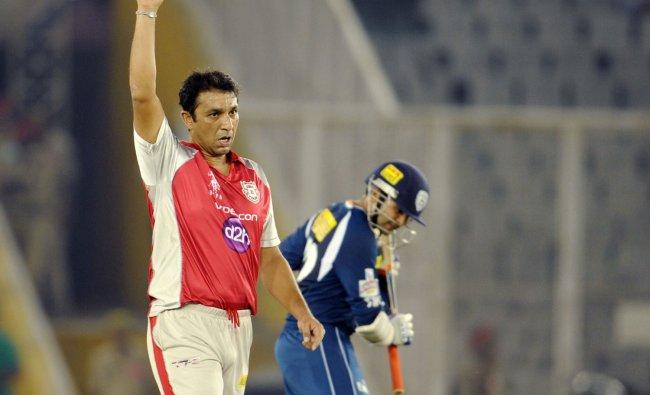 Azhar Mahmood (L) celebrates after dismissing Deccan Chargers batsman Parthiv Patel