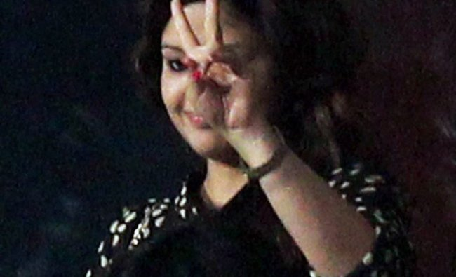 Chennai Super Kings captain MS Dhoni\'s wife Sakshi shows victory sign...