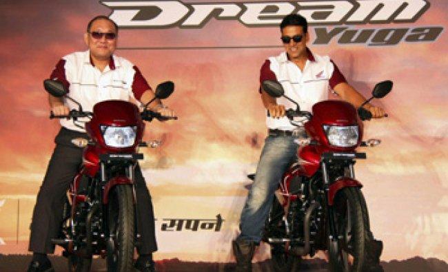 Akshay Kumar with Honda India CEO Keita Muramatsu at the launch of the bike Dream Yuva\'...