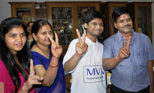 All India IIT-JEE topper Arpit Aggarwal with his family in Faridabad