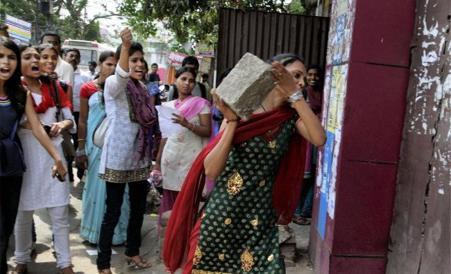 Students of Ranchi Women\'s College resort to violence after they did not get admission forms