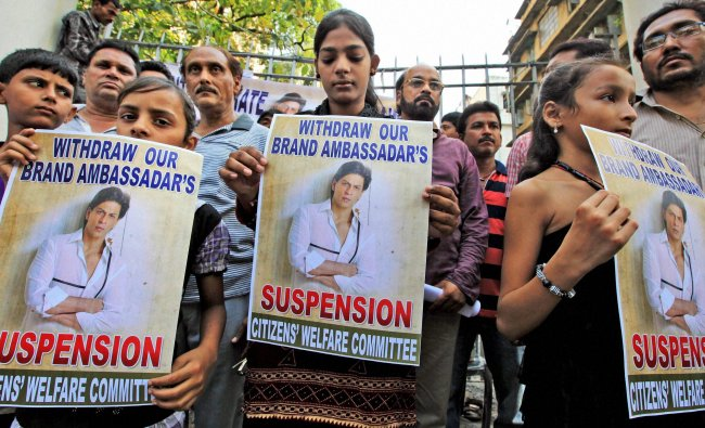 Protest to condemn the decision of banning SRK\'s entry to Wankhede Stadium...