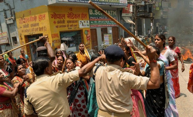 Clash between women and police over alleged corruption in Municipal Corporation elections in Patna..