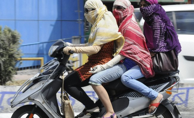 Girls protect themselves with scarves on a hot day...