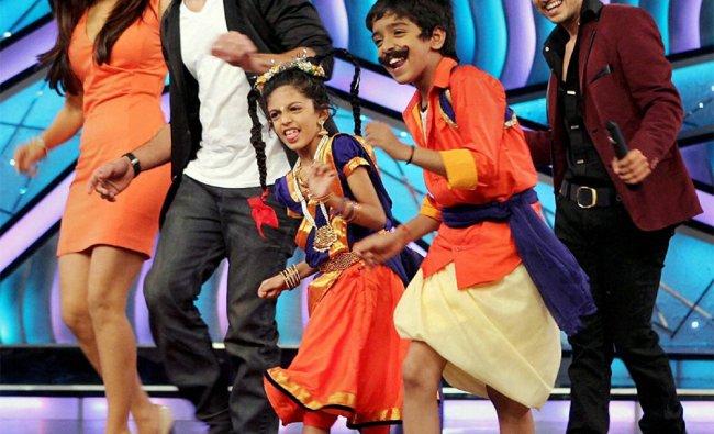 Priyanka Chopra and Shahid Kapoor dance during the promotion of their film \'Teri Meri Kahaani\'
