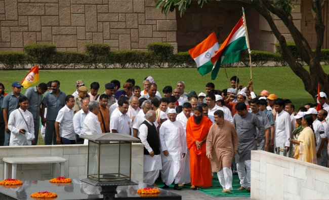 Anna Hazare and Ramdev along with their supporters offer tributes to Mahatma Gandhi at Rajghat
