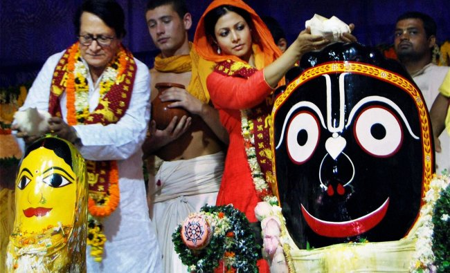 Veteran actor Ranjit Mallik with his daughter actor Koel Mallik offering puja to Lord Jagannath...