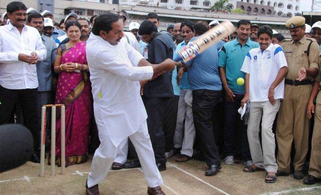 N. Kiran Kumar Reddy bats during inauguration Secretariat Employees\' Sports Meet
