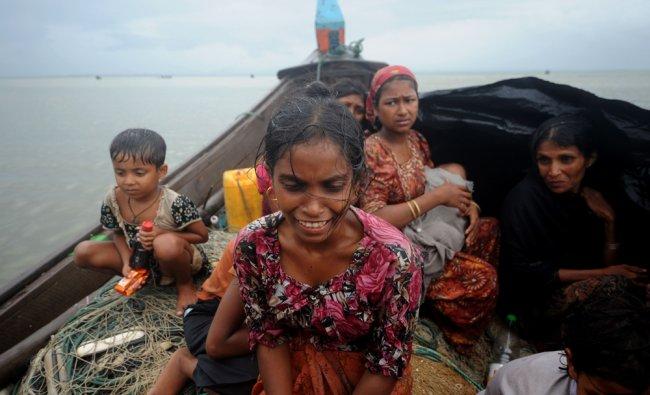 Rohingya Muslims, trying to cross the Naf river into Bangladesh...