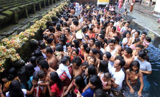 Balinese Hindu line up to take a bath in holy water during Banyu Pinaruh
