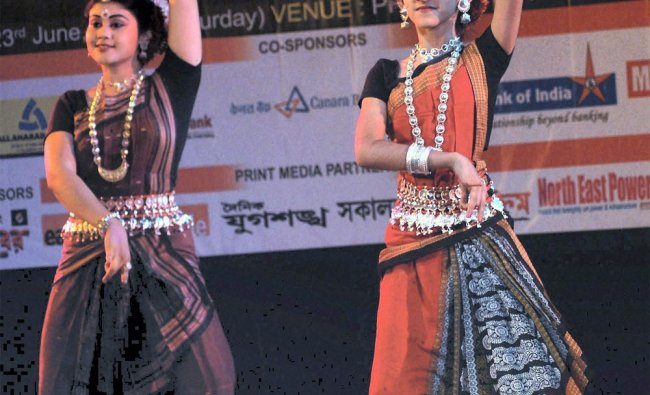 Sourav Ganguly\'s wife Dona Ganguly performs with her daughter at the Byatikaram Awards 2012