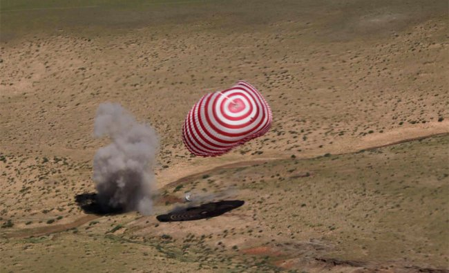 Re-entry capsule of China\'s Shenzhou 9 spacecraft lands safely in Siziwang Banner