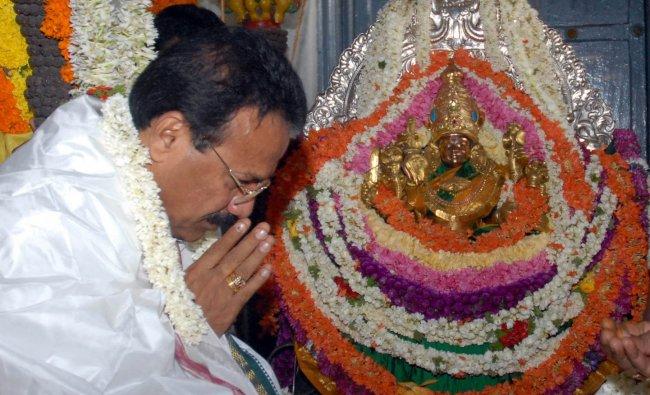 Sadananda Gowda offer Pooja at Chamundeshwari Temple at Chamundi Hills in Mysore ...