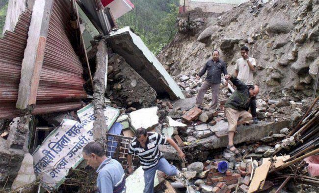 People look for survivors among the debris of buildings and heavy rains in Uttarkashi