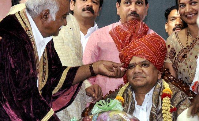 Chief Minister of Karnataka Jagadish Shettar being given \'\'civic honour \'\' at a public function