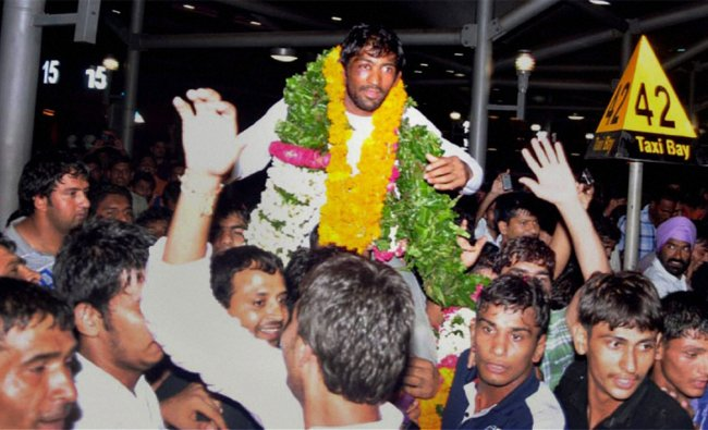 Wrestler Yogeshwar Dutt, who won a bronze medal at the London Olympics, being welcomed by his fans