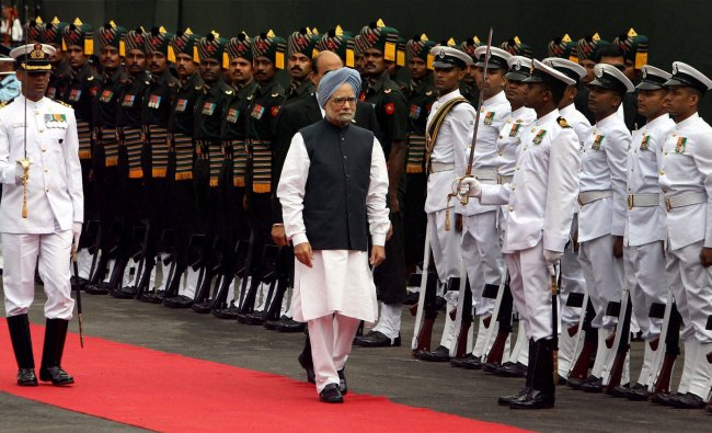Prime Minister Manmohan Singh inspects guard of honour before addressing the nation