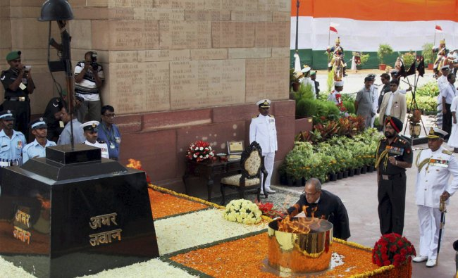 President Pranab Mukherjee alongwith three services chiefs paying homage...
