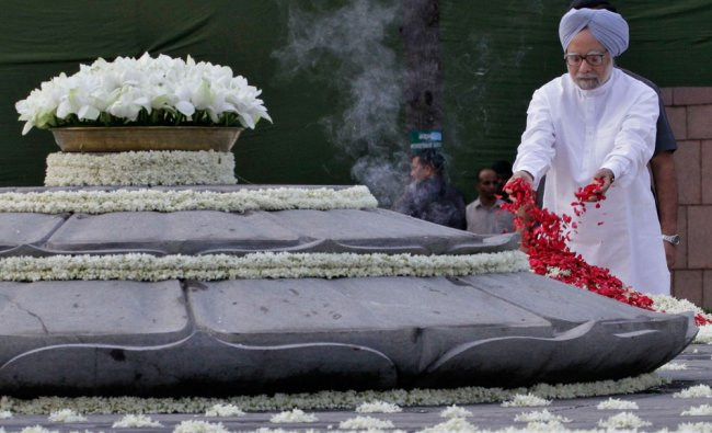 Prime Minister Manmohan Singh scatters rose petals at the memorial of Rajiv Gandhi