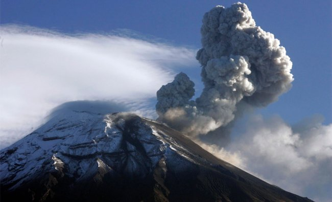 Ecuador\'s Tungurahua volcano spews large clouds of gas and ash near Banos
