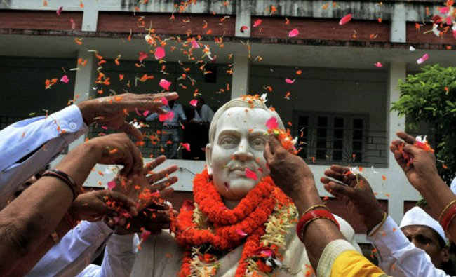 Congress workers pay tribute to former Prime Minister Rajiv Gandhi ..
