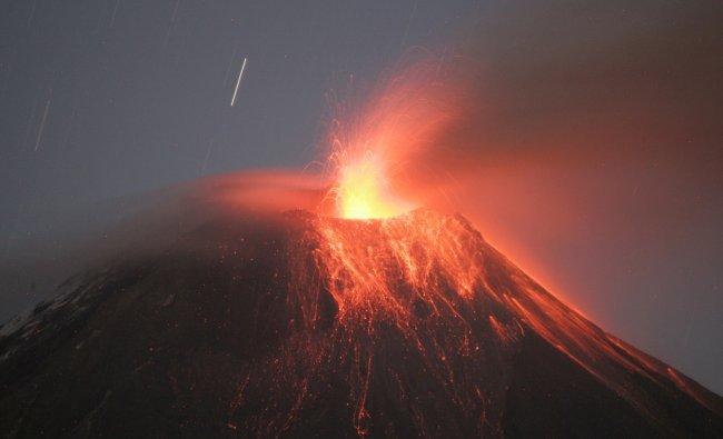 Ecuador\'s Tungurahua volcano spews large clouds of gas and ash